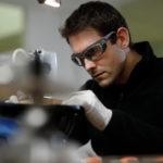 Homme qui porte des lunettes de protection Essilor Pro-Safety afin d'assurer sa sécurité dans son environnement de travail en industrie