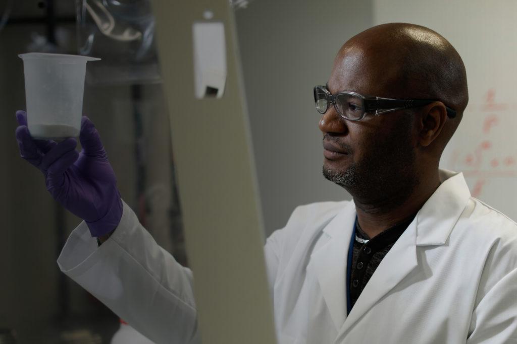 Homme qui porte des lunettes de protection Essilor Pro-Safety afin d'assurer sa sécurité dans un environnement chimique
